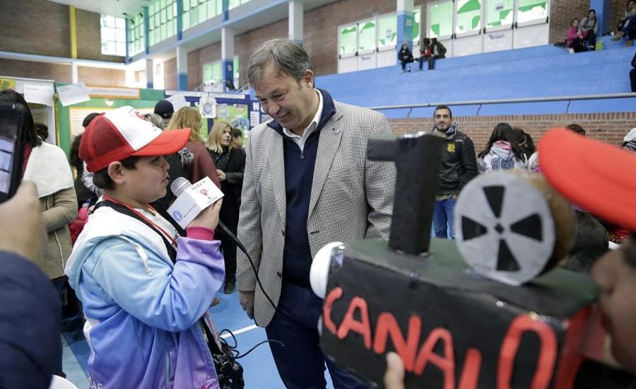 Cascallares junto a  alumnos participantes de la Feria Regional de Ciencia y Tecnología