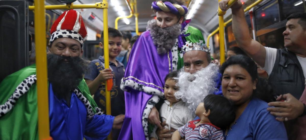 La caravana de los Reyes Magos convocó a una multitud en Almirante Brown