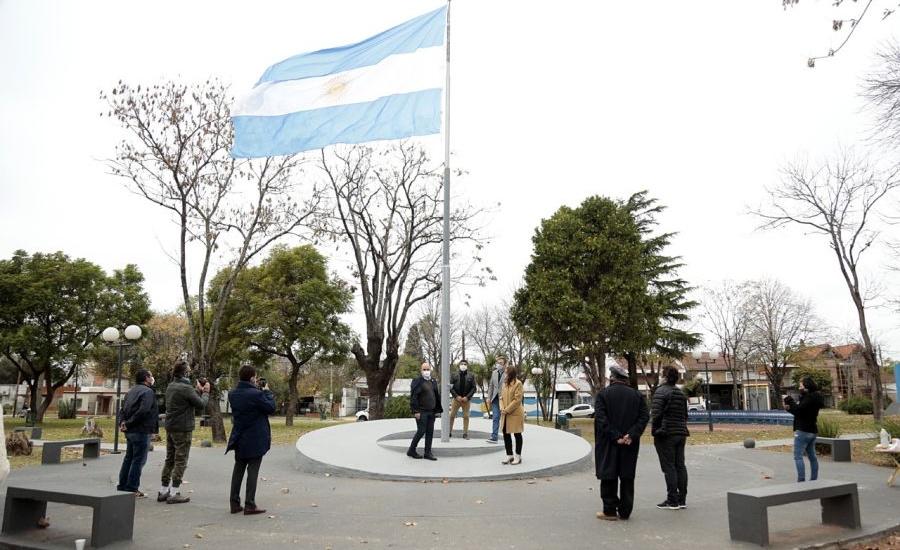 Cascallares encabezó izamiento de la bandera en Calzada y visitó a Defensores de Glew